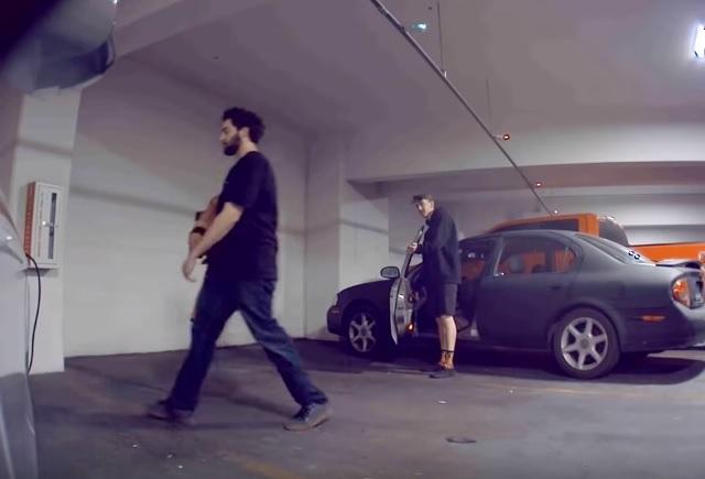 تسلا موديل 3 تصور شباب أثناء محاولة تخريب محطة الشحن – فيديو