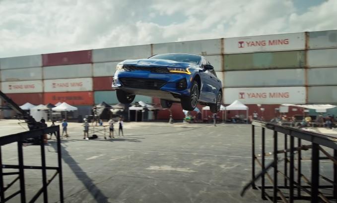كيا K5 الجديدة تطير بالهواء خلال قفزة استعراضية خطيرة – فيديو