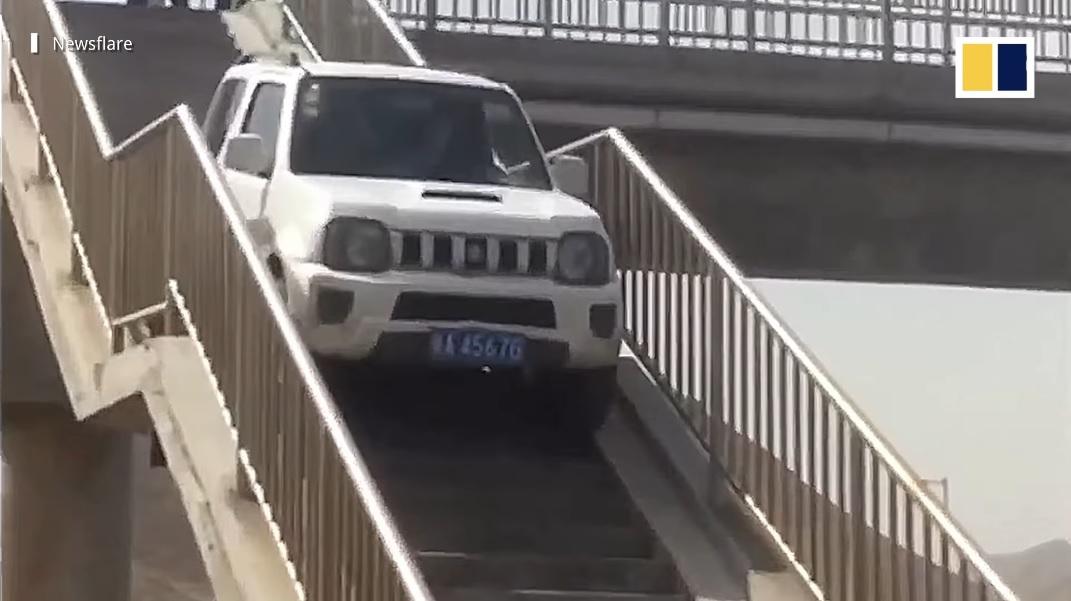 سائق سوزوكي جيمني يستخدم جسر المشاة ليغير اتجاهه والشرطة بالمرصاد – فيديو