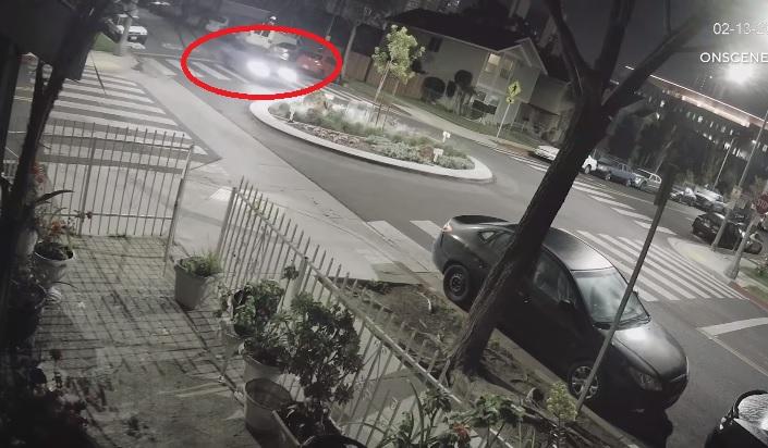 فتاة تقود بي ام دبليو M4 تصدم دوار وصخرة وتطير بالهواء – فيديو